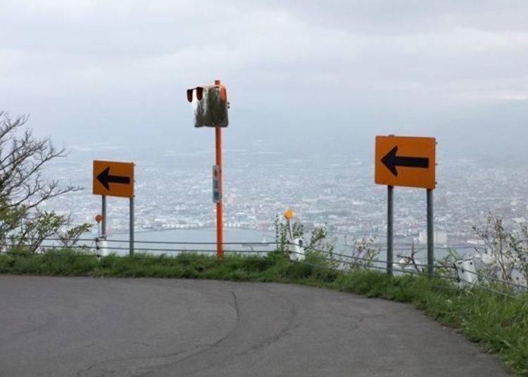 ▲從半山腰開往山頂的途中,有時能欣賞到街景。去程時從右邊的車窗可眺望到美麗的風景,回程時記得從左邊的車窗看唷!