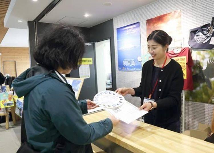 「利尻島 海之站 Oshidomari」一樓的利尻富士町觀光案內所可以購買到集印章的紙。