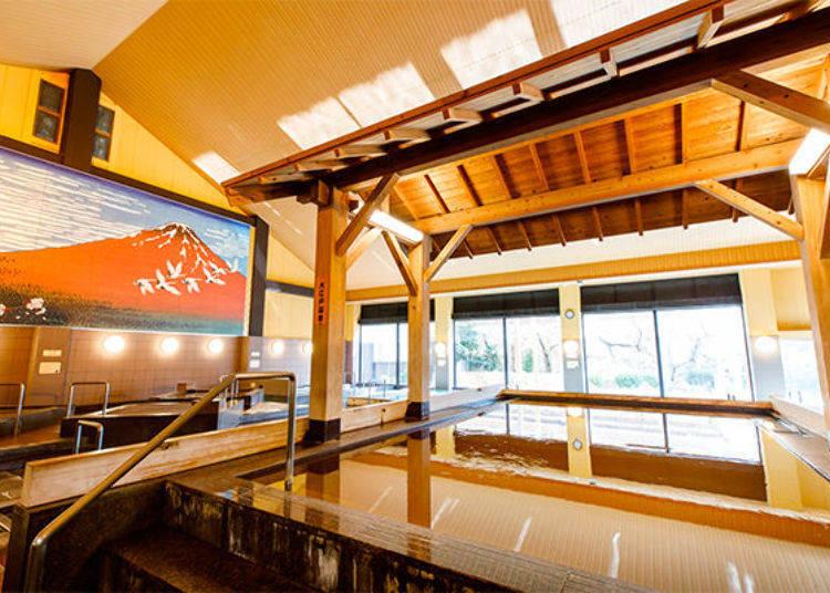 ▲浴池的上方有木製的屋頂,可以感受到江戶風情的大江戶溫泉(又稱為黃金湯)。可以一邊欣賞著雄偉的赤富士和窗外的景色,一邊享受溫泉。