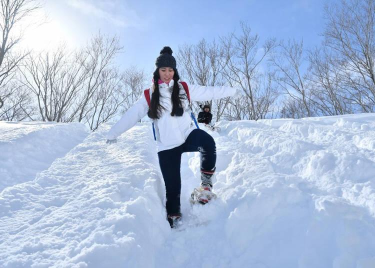 穿上傳統雪鞋踏著粉雪穿梭在這銀白的夢幻世界中