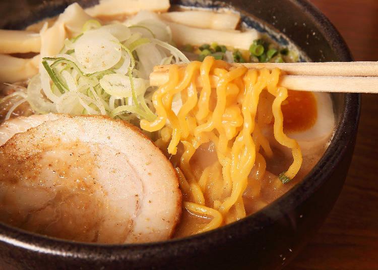 像這樣黃色帶有波浪的硬麵「ちぢれ麺」是札幌拉麵不可或缺的元素。