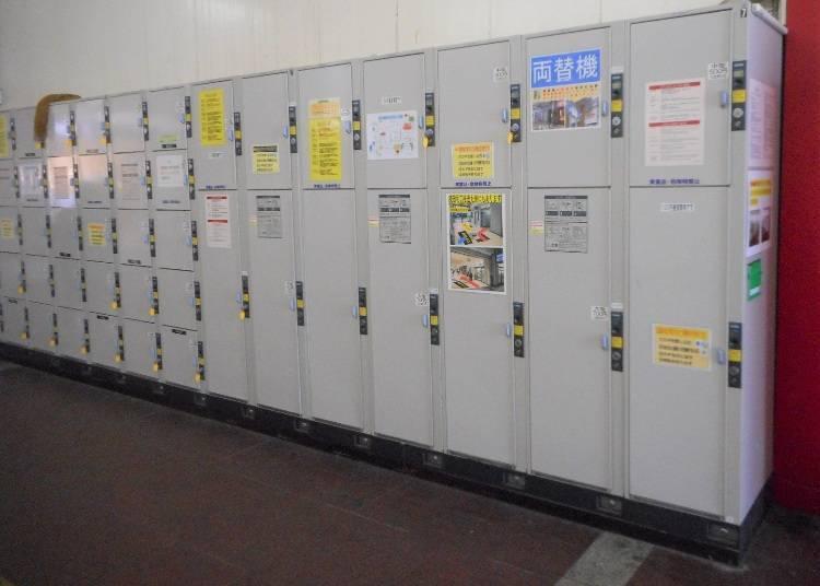 觀光案內所旁的置物櫃(大700日圓、中500日圓、小400日圓)