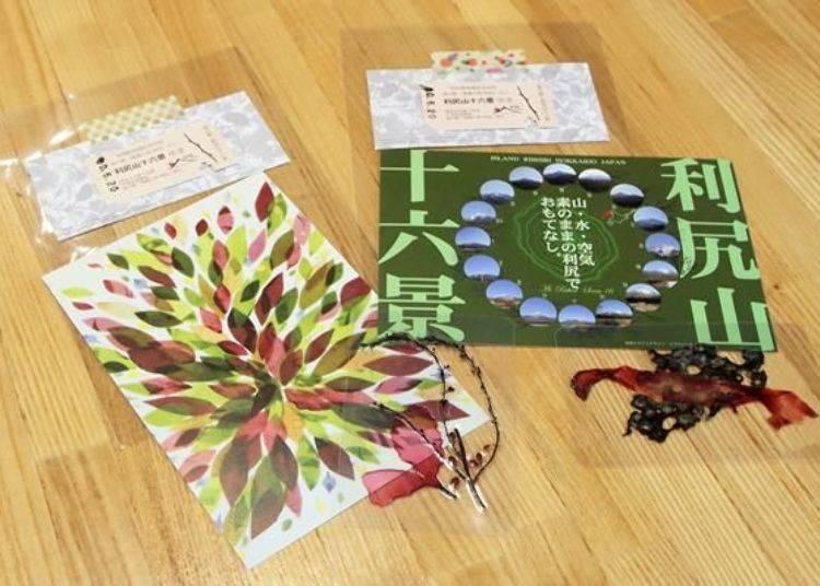 紀念品為紀念票以及明信片,以及在「利尻 島之站 海藻的里 利尻」手工製作,以海藻護貝而成的書籤等三項禮物!(照片中為兩組)