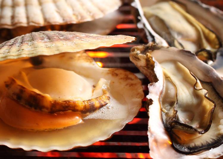 北海道噴火灣產的活干貝(大690日圓、特大88日圓)和北海道厚岸產與仙鳳趾產的牡蠣(1個380日圓、3個1080日圓)