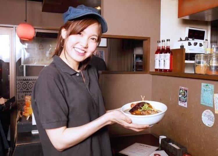 ▲本店的服務經理佐々木寿紗実小姐和店員一致推薦的是墨魚汁基底的黑湯頭