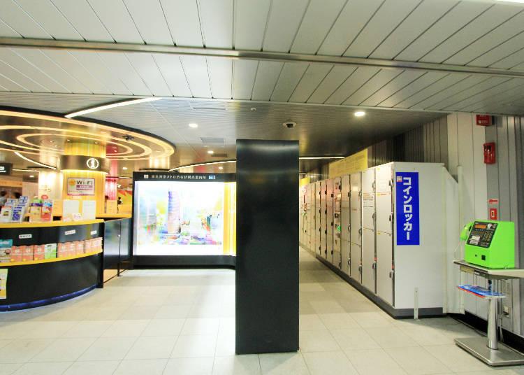 觀光案內所一旁的牆壁後方有設置一排置物櫃