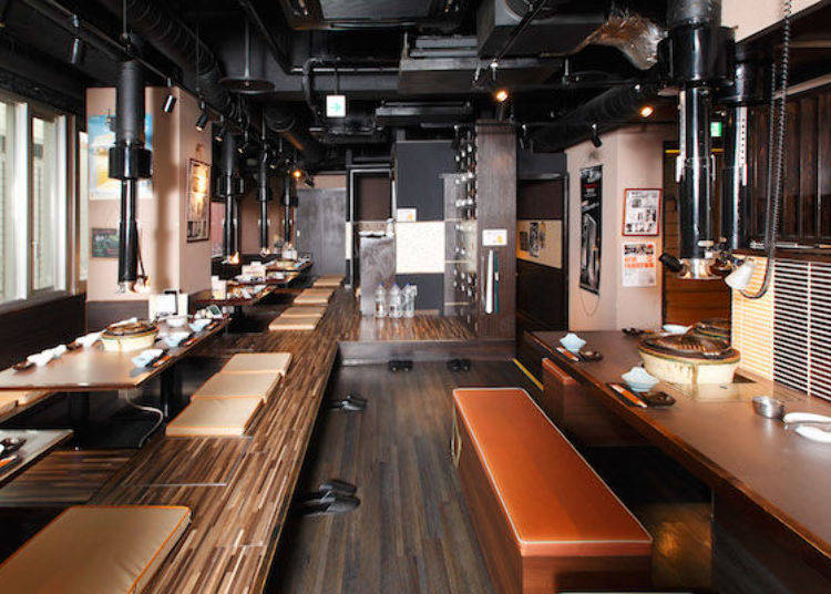 店內設有下方挖洞和式座位和吧台式座位。