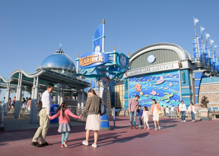 就在後方以海洋生物圖案為裝飾的建築物裡 (C)Disney / Pixar