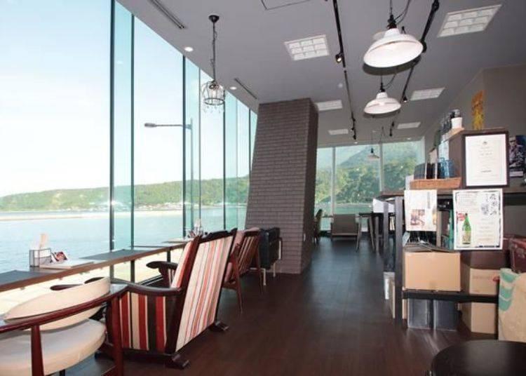 從店內望出能欣賞一望無際的港口與大海景色。