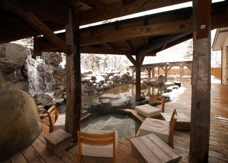 ▲屋外有8種足湯,但大多數都有屋頂,所以即使下雨或下雪也沒關係