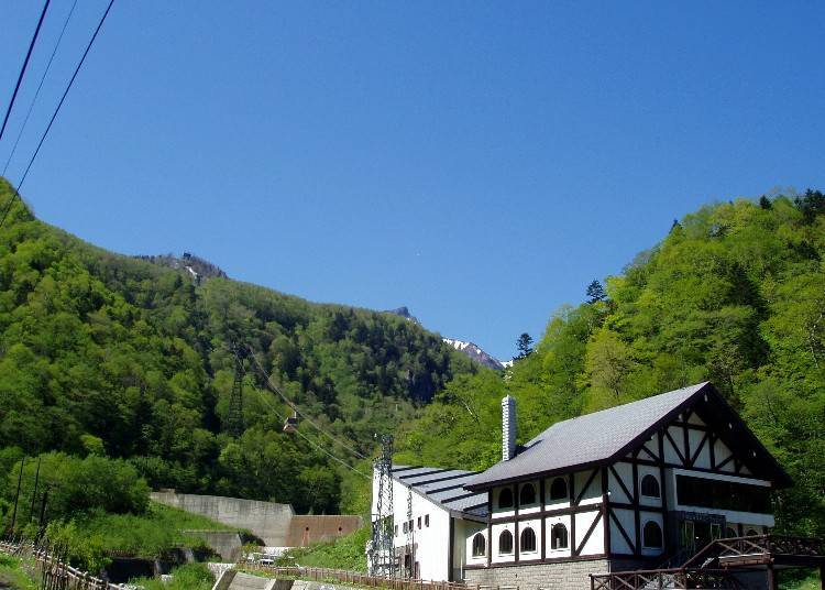 黑岳空中纜車層雲峽站。背後山脈中央可以看見黑岳山的山頂