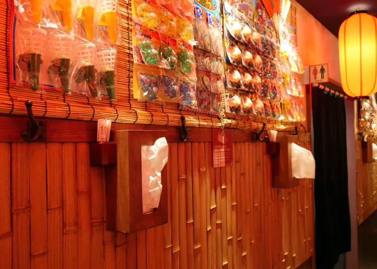 「一蘭 淺草六區店」的牆面上掛滿了各種復古的昭和日本童玩