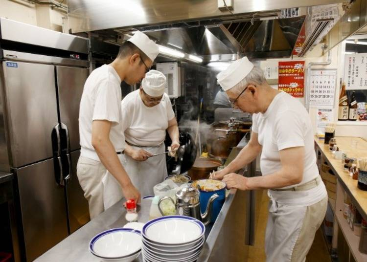 ▲一碗拉麵由三個人分工合作一同裝盤完成,盡快提供給顧客剛做好的新鮮美味