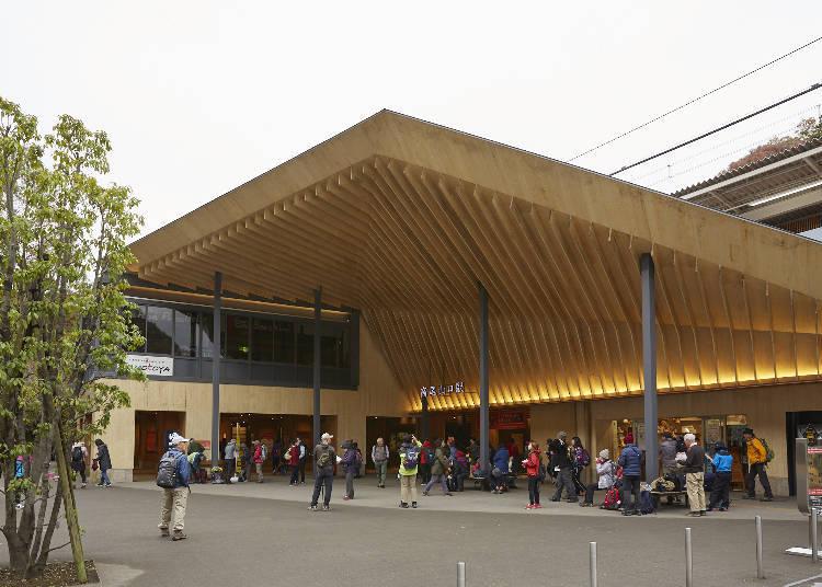 由日本知名的建築師-隈研吾設計的高尾山口站也是必看的景點之一
