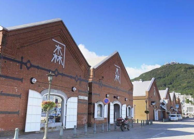 ▲位於灣區的「金森倉庫」及「函館山」。