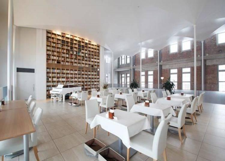 ▲二樓的咖啡廳採用白色為主色調裝潢,給人明亮清爽的氣氛。另外也可以將在一樓買的東西拿到二樓享用。
