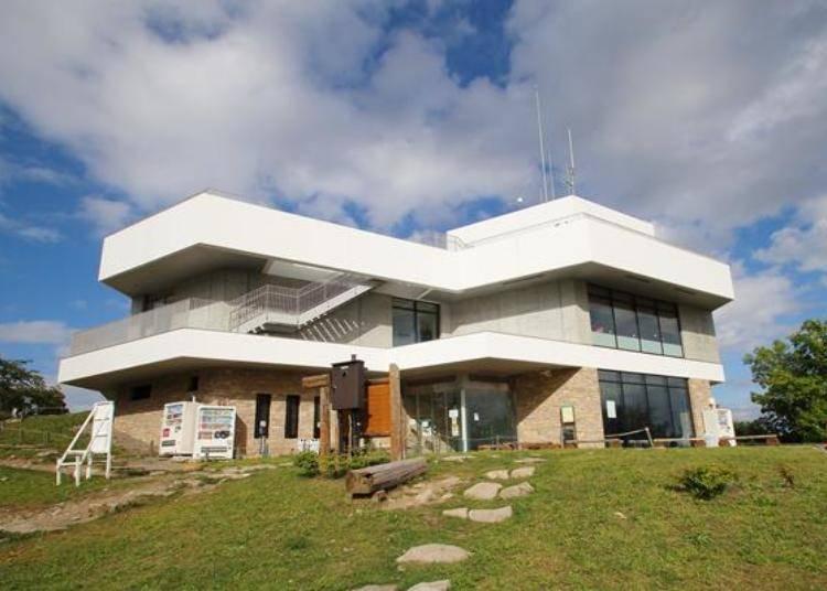 藻岩山山頂站是一棟兩層樓的建築物。1樓是登山纜車下車的地方,2樓設有餐廳和天象儀,屋頂就是展望台。