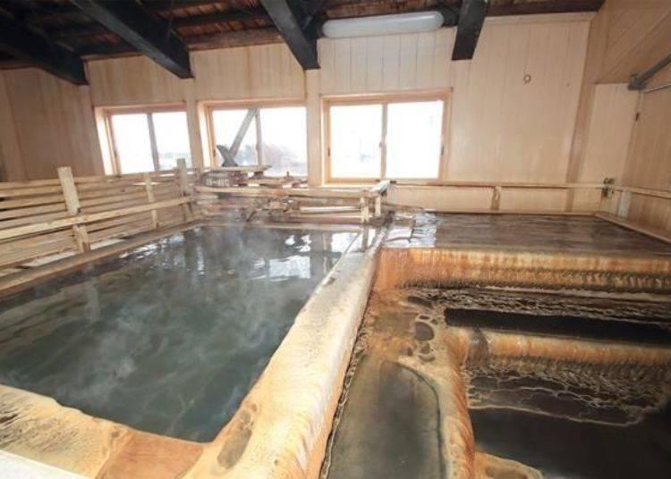 木製的湯池。每個湯池約可容納下2、3人,可以享受獨佔湯池的氣氛唷。這兩處的溫泉溫度皆為38~40度左右。