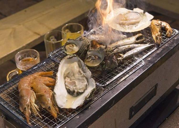 ▲等店員放置好炭火爐,BBQ開始!(圖片提供:八食中心)