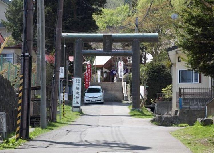 ▲日和坂上接近山的那側有北海道最古老的神社「船魂(ふなたま)神社」。日本文化與西洋文化共存於同一區域為此處的特徵。