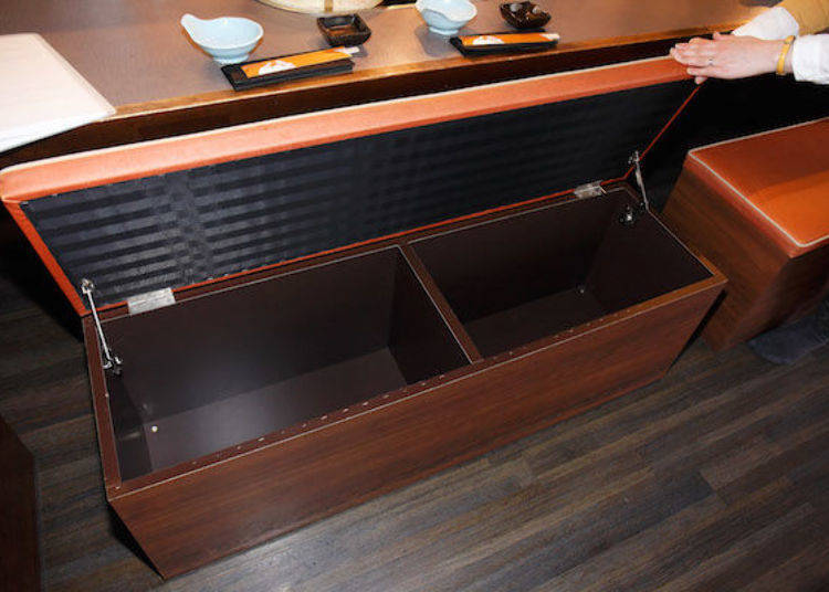 吧台式座位的椅子下就是可以放包包的收納空間。