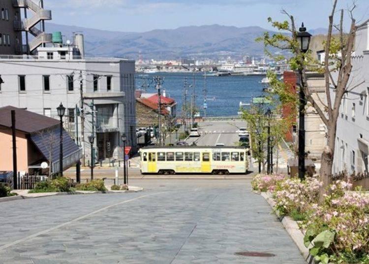 ▲走到下方的坡道,便能看見在坡道上因傾斜角度而時隱時現的市電橫穿道路景色,這也是另一幅宛如畫的美景阿。