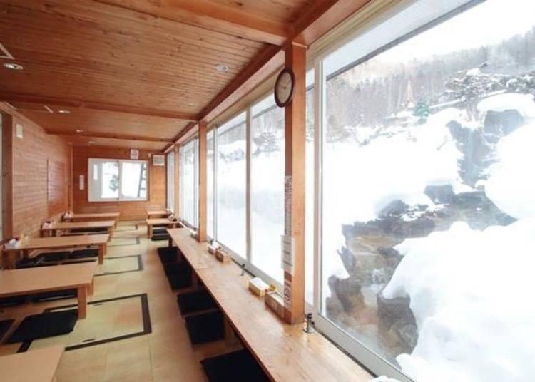 從露臺靠窗座位可以眺望到窗外的日本庭園,也能欣賞到溫泉瀑布唷!