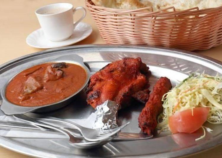 「印度坦都烤雞MIX」套餐(售價1,650日元)除了茄子番茄咖哩〈中辣〉外,還附有坦都烤雞、坦都炭烤雞肉、生菜沙拉與拉茶喔!當然此套餐也附有一片烤餅喔!