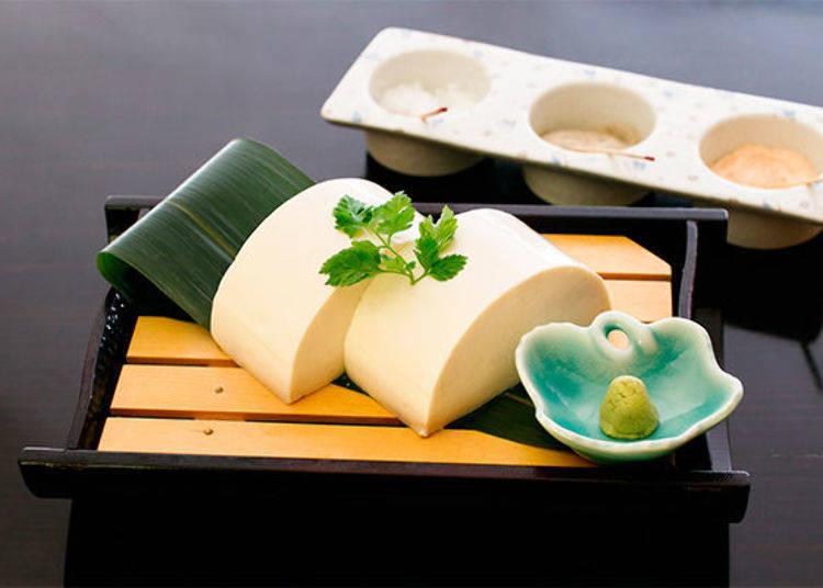 ▲充分發揮出豆腐的美味,使用當天早上進貨的「濃厚又滑嫩的絹豆腐」(580日圓、未含稅價格)。可以搭配店家精心調製出3種不同的鹽以及芥末品嚐,可是人氣十足的一品喔!