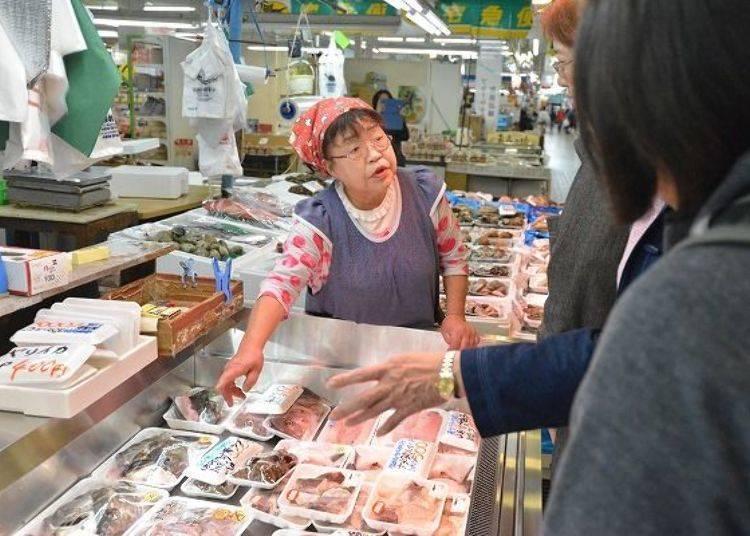 ▲「岩村商店」的中机Toshi小姐,在八食中心服務超過20年