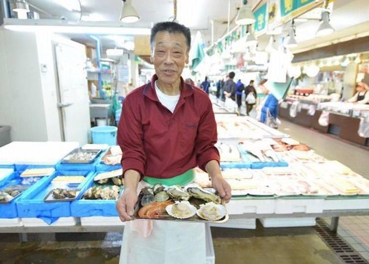 ▲鮮魚店「Tochigi」阿伯店員,因為害羞不肯介紹自己,不過很樂意入鏡唷