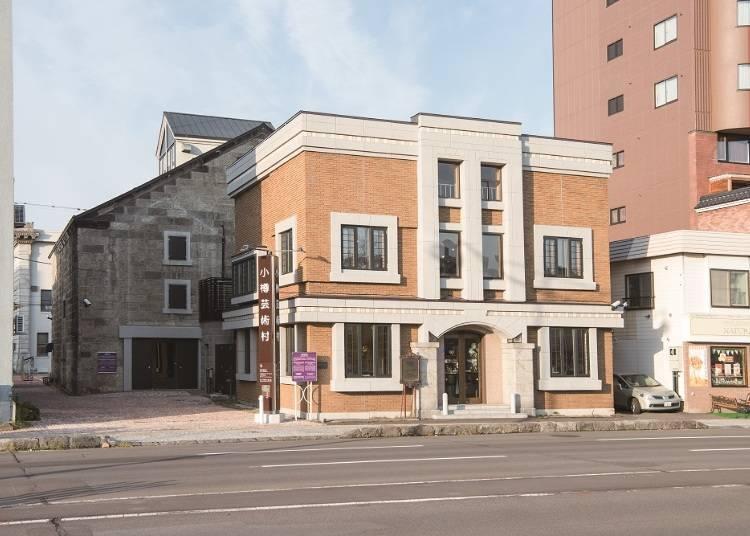 面對著臨港線的這棟建築物是「舊荒田商會」。預計在2018年7月中旬以咖啡廳的型態經營。後方的建築物就是「花窗玻璃美術館」。