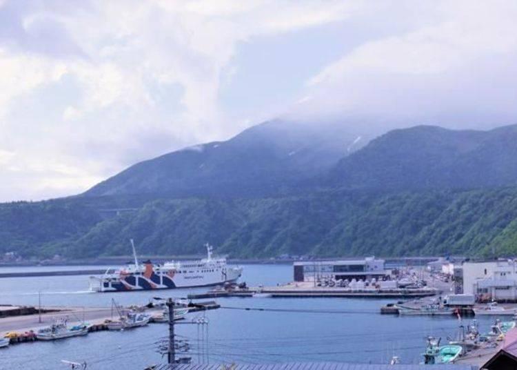 這是進入鴛泊港的渡輪。從稚內港出發的渡輪,從春天到秋天之間1天大概有3~4班往返的船班。