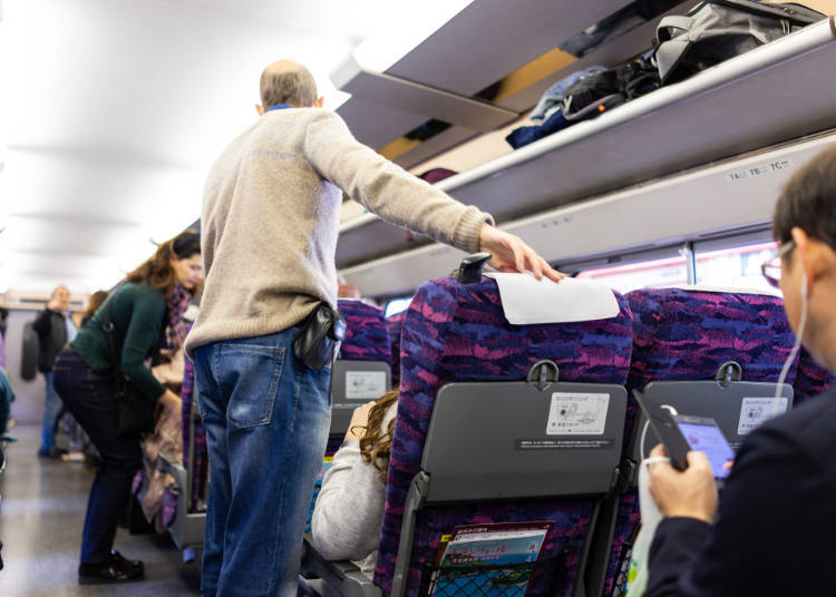 如果行李箱是可免費上機的尺寸則可以放置到上方的置物架上 Andriy Blokhin / Shutterstock