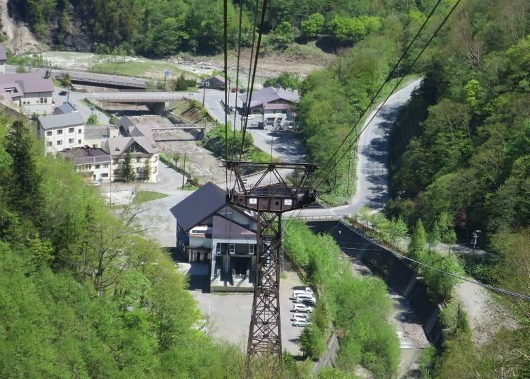 纜車運行1~2分鐘後,纜車乘車處已經離得這麼遠(照片中間斜塔後面可以看到纜車的乘車處)