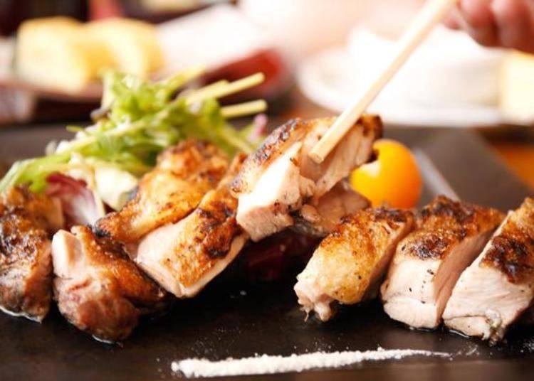 ▲「今日的炭火燒烤定食(肉)」。除了主菜之外,還附有米飯、味噌湯、醃漬小菜、沙拉、三種小菜與甜點