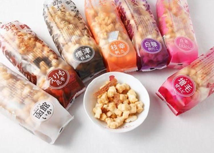 ▲「北海道開拓米果(北海道開拓おかき)」(1包約170公克、440日圓)。碟子內的是增毛甜蝦(増毛甘エビ)口味,顏色比較深的是炸甜蝦片。