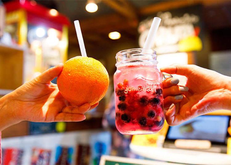 ▲可以嚐到水果最新鮮多汁的風味,光是看到外觀的樣子就讓人感到開心。(左:柳橙的カジュッタ(CAJYUTTA Orange)(380日圓、未含稅價格)、右:Frozen Berry Soda(冰凍莓果碳酸飲料)(480日圓、未含稅價格)。