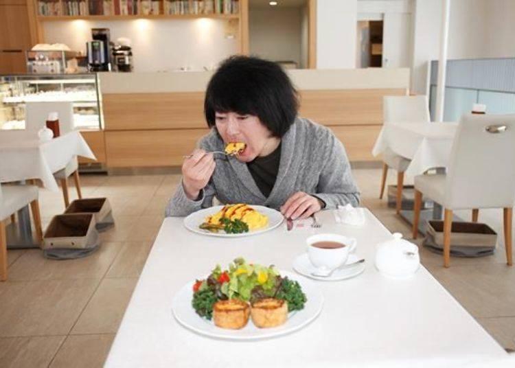 ▲半熟蛋吃起來非常鬆軟,而以醬油作調味的炒飯和牛排、香菇搭配起來超好入口。