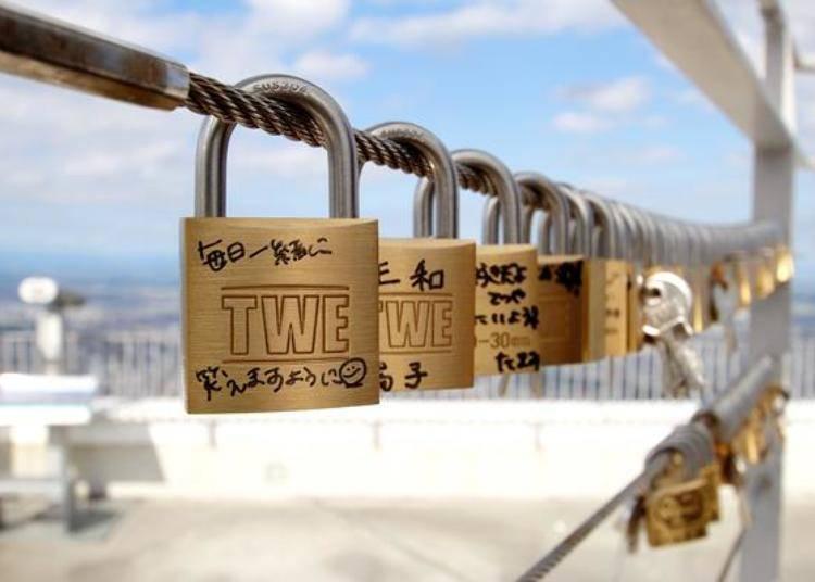 在「愛的南京鎖」上寫上各自想傳達的訊息。