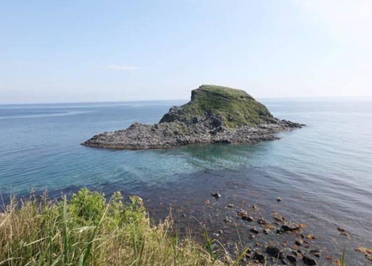 到展望台的路上,可以看到海中有一個名為「Ponmoshiri島」的小小無人島。島上有為數可觀的海鷗。