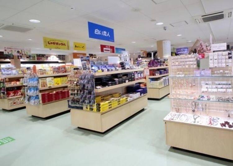 ▲山頂商店內除了販售了北海道經典的點心外,還有豐富多樣的限定商品喔。