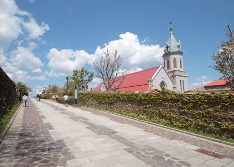▲可欣賞到鋪石小徑與教會的附近一帶、能感受到濃濃的異國風情。