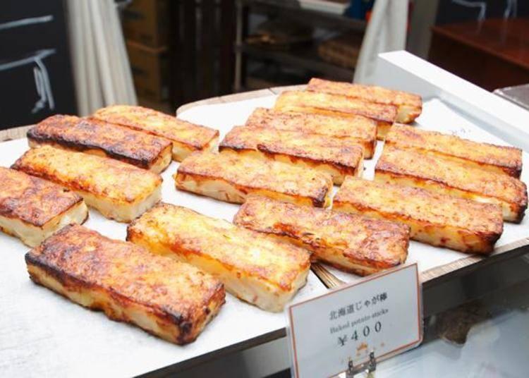 銷售第一名的「北海道馬鈴薯棒」(500日圓)。在馬鈴薯泥中加入玉米和培根後捏成棒狀,然後在表面加上起司後,再經過烘烤的輕食。