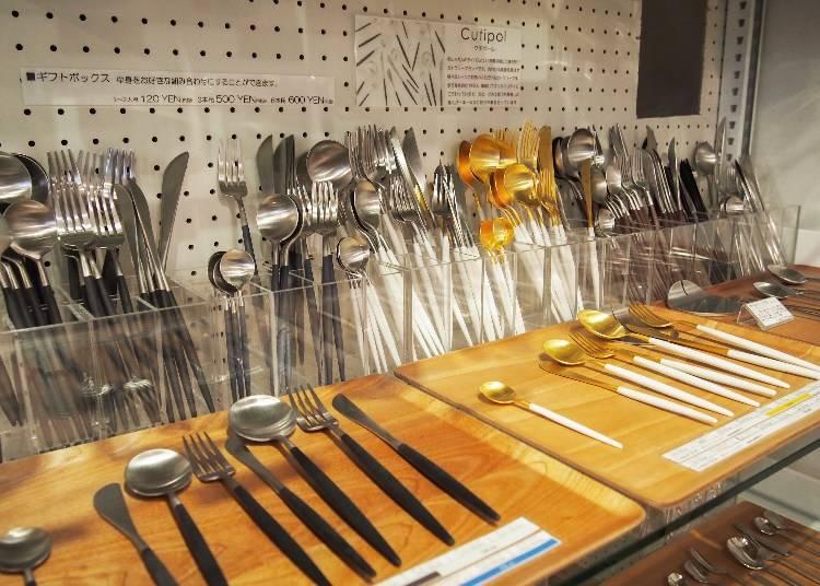 葡萄牙餐具品牌Cutipol,依顏色、款式為900(黑銀咖啡匙)~3500(白金甜點用刀)日圓不等