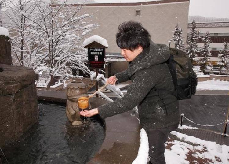 ▲使用河童口部流出的溫泉洗淨雙手後許願是這裡的規定