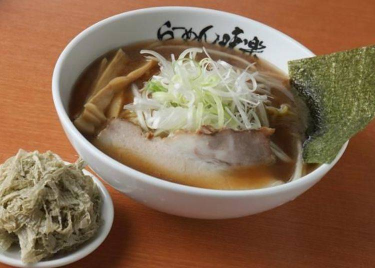 「燒醬油拉麵」(850日圓)。可以選擇加點細絲昆布(左下,100日圓)。