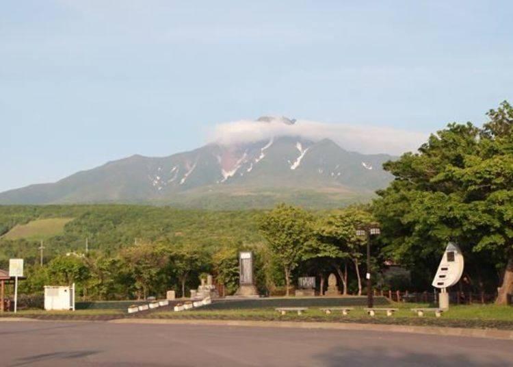 抵達「十六景:會津藩士的墓周邊」。在道路右手邊靠近山邊的「種富公園」可眺望山景。