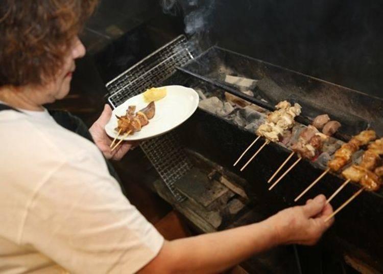 ▲烤好啦!再度沾點醬汁後,加上黃芥末,再放在盤子上,就可以提供給客人了。