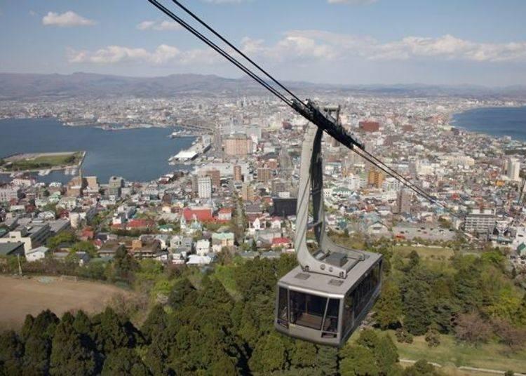 ▲從函館山山頂可眺望到函館市街景與津輕海峽!可利用搭乘纜車或路線巴士(春~秋營運)到達山頂喔。